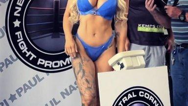 ВИДЕО: Блондинка с пятым размером груди бьется за чемпионский титул