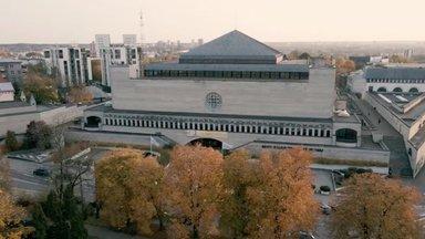 RAHVUSRAAMATUKOGU   Hallitus seinal ja läbitilkuv katus ei varjuta võimsa hoone salapärast võlu