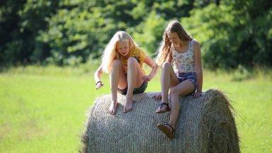 Nutijoove 11-aastaste neidude pilgu läbi: täiskasvanud räägivad üht, teevad teist!