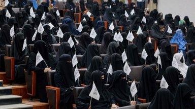 Талибы разрешили женщинам учиться в университетах. Но отдельно от мужчин
