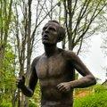 FOTOD | Viljandi jooksulegendi Hubert Pärnakivi skulptuur toodi oma kohale tagasi