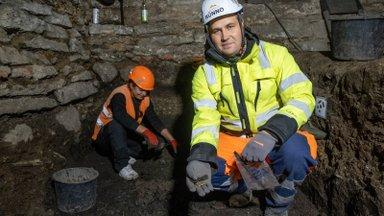 REPORTAAŽ | Linnateatri väljakaevamised: rahakassa on tühi, aga leidub üksikuid münte