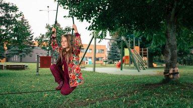 Eesti koolid saavad lastele põnevust ja liikumislusti pakkuvad slackline tasakaalurajad