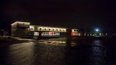 FOTOD PÄRNUST | Torm on Pärnus kohal: rannainventar ujub meres, jõgi ajab üle