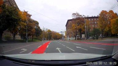 VIDEO | Rattateel hüüab õnnetus tulles, ent politsei muret ei tunne: jalgrattur leidku kuldne kesktee