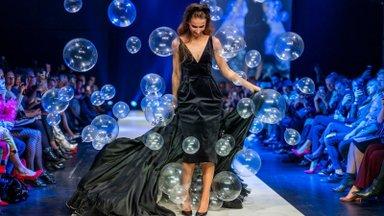 ФОТО и ВИДЕО   Волшебное зрелище! Сотня шаров вылетает из-под платья модели на Таллиннской неделе моды