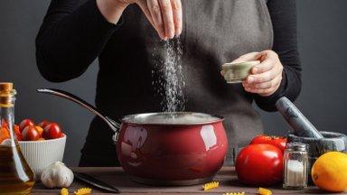 Põhjalik juhis: millal panna soola lihale, supi sisse või salatisse?