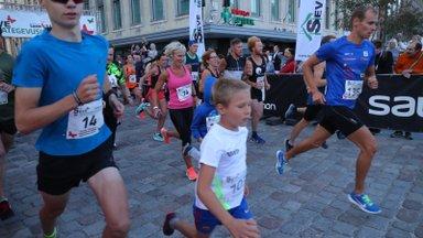 FOTOD | Ironman Tallinna heategevusjooks tõi hilisõhtul rahva Vabaduse väljakule