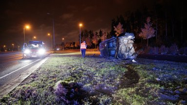 FOTOD | Joobes juht kihutas Järvevana teel autoga vastu posti ja käis üle katuse
