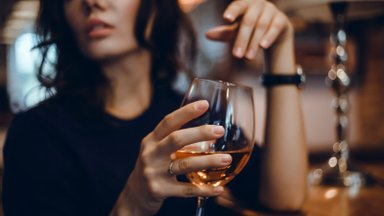 Väike veiniklaas õhtul ei tee midagi? Alkoholi kolm peamist salakavalat mõju naiste organismile