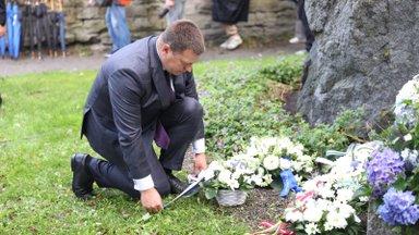 GALERII | Vaata, kes käisid 20. augusti mälestuskivile lilli asetamas