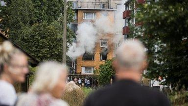 FOTO | Tartu gaasiplahvatuses suuri kahjustusi saanud trepikoja korteritel on ees uued uksed